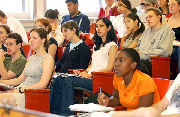 https://upload.wikimedia.org/wikipedia/commons/thumb/3/39/Student_in_Class_%283618969705%29.jpg/640px-Student_in_Class_%283618969705%29.jpg