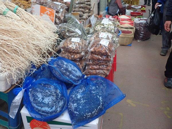 亀浦市場  薬用植物売り 手前に注目、間違いなくこれはハチの巣