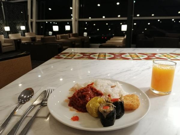 クアラルンプール空港ラウンジ 筆者はラウンジで朝食