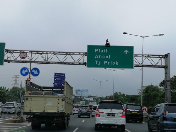 ジャカルタ 高速道路にて、まだそれほど詰まってはいない