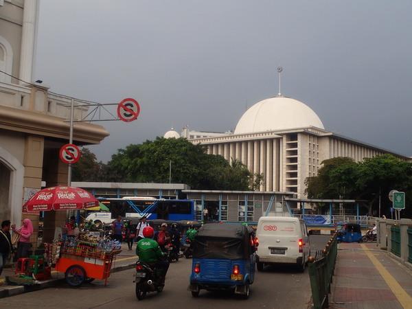 インドネシア最大のモスク マスジド・イスティクラル前の様子