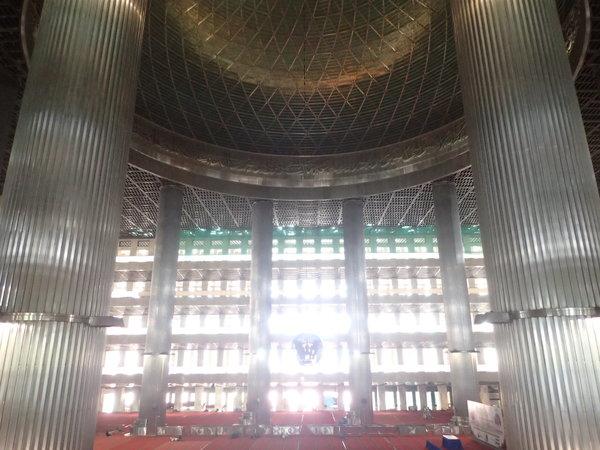 インドネシア最大のモスク クリスチャンが設計したマスジド・イスティクラルの内部
