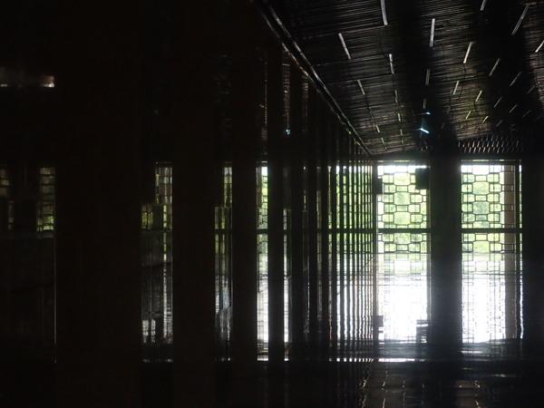 インドネシア最大のモスク マスジド・イスティクラル 風通しもよく、大理石で涼しい