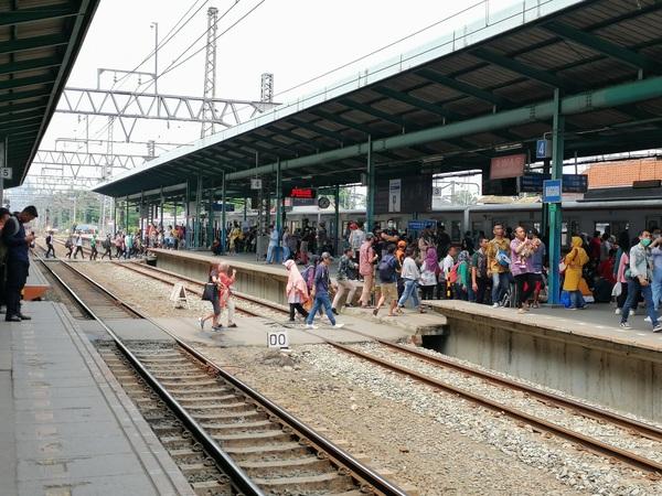 インドネシア ジャカルタ 地下道もあるがこうして駅構内で線路を渡る人の方が多いのはマンガライ駅とて例外ではない