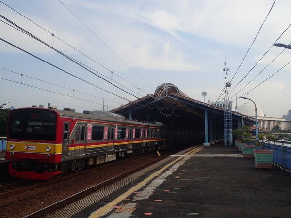 インドネシア Juanda駅に停車中の元JR東日本205系。