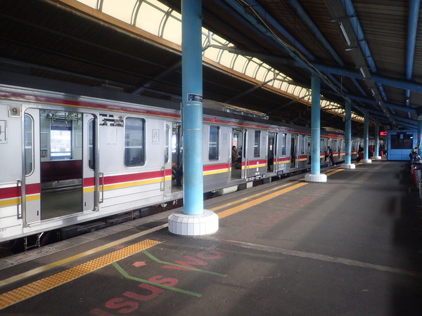 Juanda駅でインドネシア ドアを閉めんとする元JR東日本205系