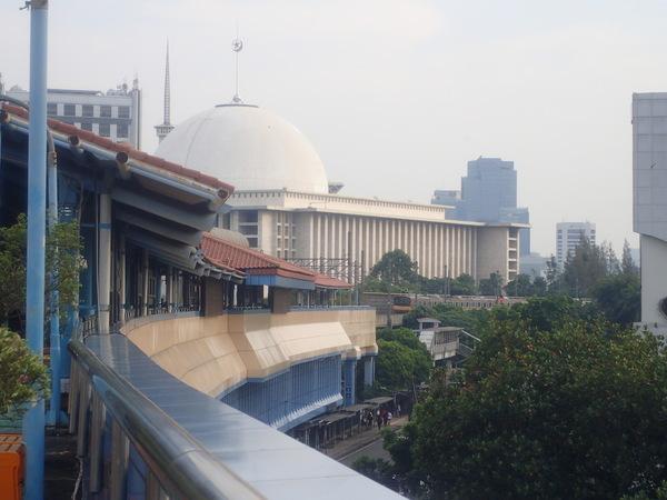 インドネシア 駅から眺めるモスク