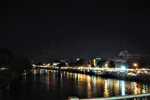 イーペン祭り(コムローイ祭り)をピン川から望む。写真奥の空に見える小さなオレンジ色の光が1つ1つのコムローイ
