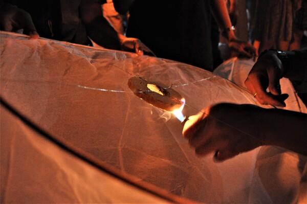コムローイの燃焼材には、薄切りのトイレットペーパーに燃焼材をしみこませたものを使用している